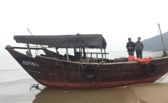 """Phát hiện tàu """"lạ"""" không người dạt vào bờ biển Hà Tĩnh"""