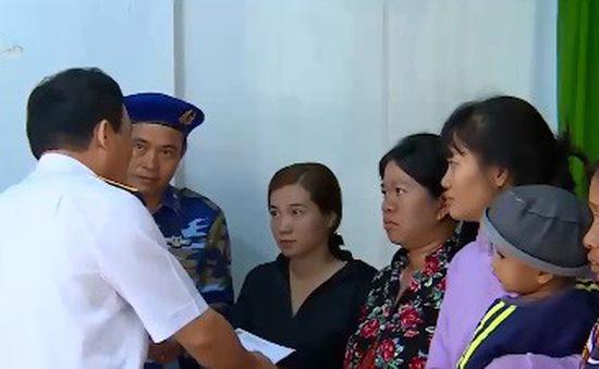 Cảnh sát biển tặng quà Tết cho hàng trăm ngư dân xã đảo