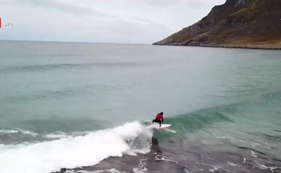 Trải nghiệm lướt sóng ở bán đảo Lofoten (Na Uy)