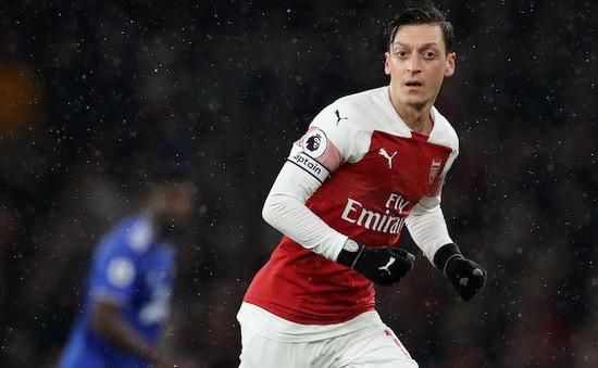 Chơi vật vờ, Mesut Ozil vẫn được ví với huyền thoại Arsenal