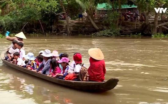 Vĩnh Long: Tính mạng của học sinh chòng chành trên chiếc xuồng cũ vượt sông