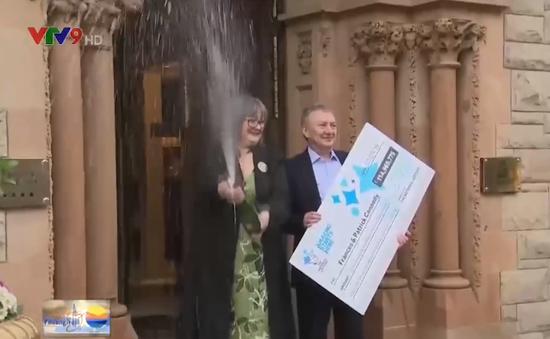 Cặp vợ chồng Ireland tặng tiền khi trúng xổ số