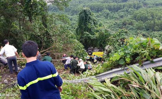 Xe khách chở sinh viên và giáo viên lao xuống vực ở đèo Hải Vân, 1 người tử vong