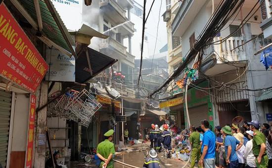 Cháy lớn tại quán tạp hóa trên phố Mễ Trì Thượng, Hà Nội