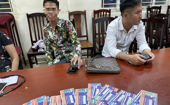 """Bắt quả tang 6 """"cò vé"""" trận Việt Nam - Malaysia"""