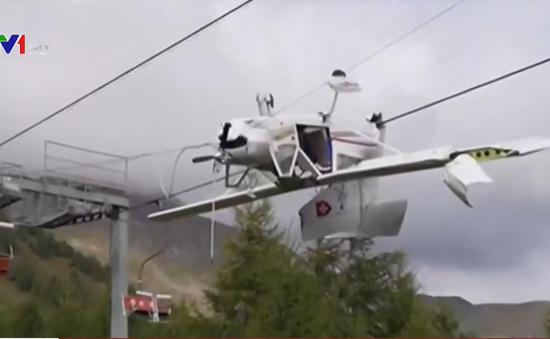 Máy bay Italy treo lộn ngược, lơ lửng trên cáp treo