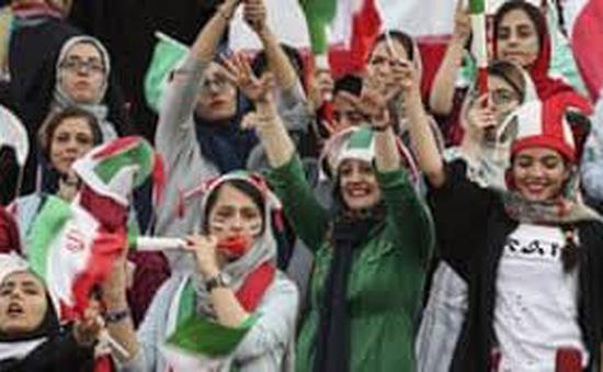 Phụ nữ Iran lần đầu được vào sân bóng sau 40 năm