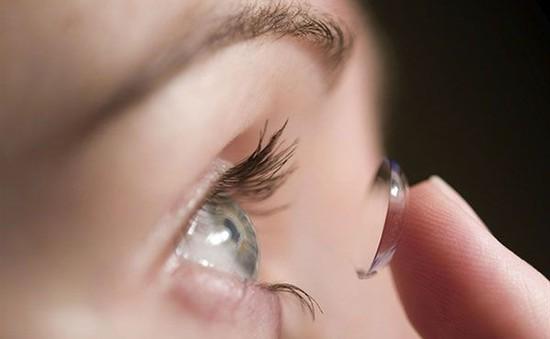 Dùng kính áp tròng thay cho tiêm trong điều trị bệnh mắt