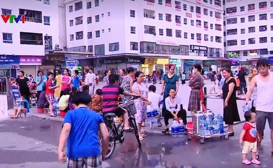 Người dân Hà Nội vật vã ứng phó với nước bị ô nhiễm