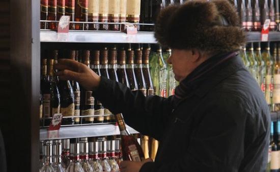Tuổi thọ người Nga tăng nhờ giảm uống rượu