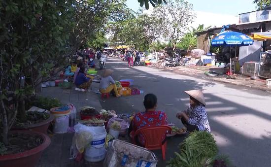 Nâng cấp chợ chậm tiến độ tiểu thương tràn ra đường buôn bán