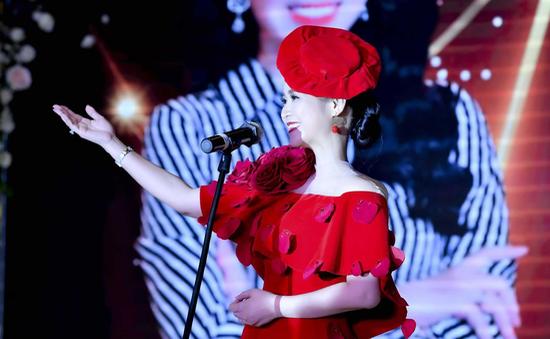Bùi Thanh Hương xuất hiện rạng rỡ tại Happy Women Leader Global Award 2019