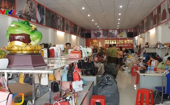 Thu giữ hàng trăm sản phẩm túi xách giả nhãn hiệu
