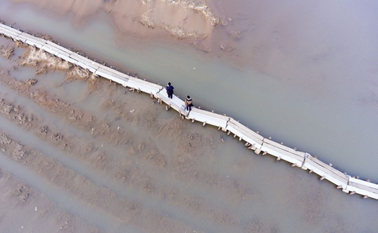 Cây cầu cổ 400 tuổi lộ ra giữa lòng sông ở Trung Quốc