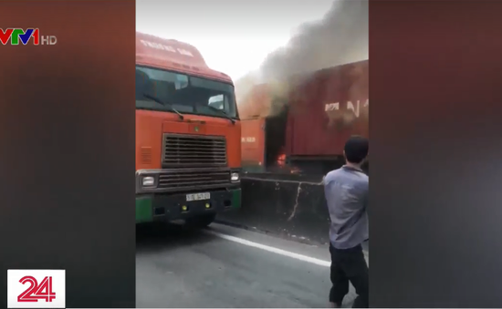 Xe container bốc cháy ngùn ngụt trên cao tốc TP.HCM - Long Thành - Dầu Giây