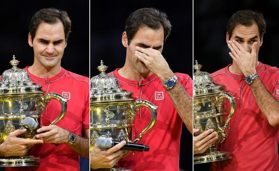 Roger Federer xúc động khi nhận chức vô địch Basel mở rộng lần thứ 10