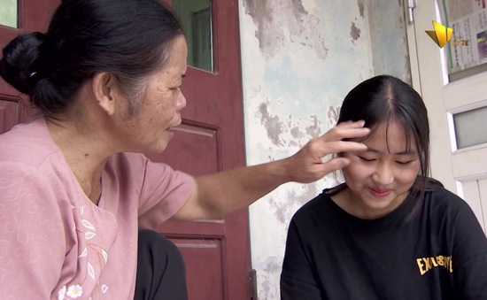 Xúc động câu chuyện về người giúp việc 15 năm nuôi bé gái bị mẹ bỏ rơi