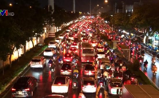 TP.HCM: Tắc đường nghiêm trọng do mưa lớn
