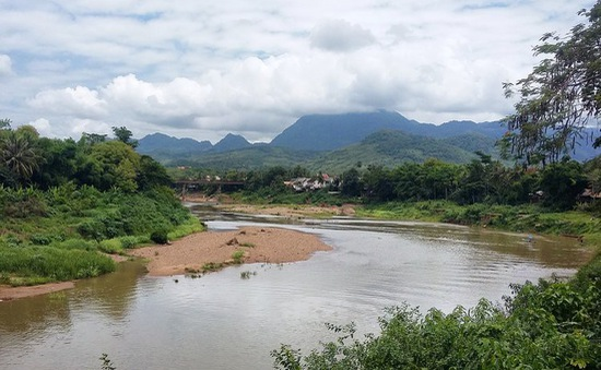 Nước sông Mekong ở Đông Bắc Thái Lan giáp với Lào cạn đến mức tới hạn