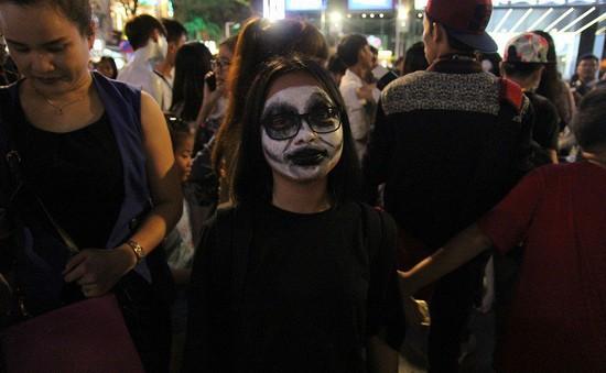 """Cô gái """"khóc thét"""" khi nhìn thấy gương mặt """"dị"""" xuất hiện trên đường phố Hà Nội ngày lễ Halloween"""