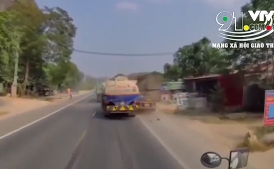 Vượt ẩu, xe bồn đâm vào đuôi xe đầu kéo đỗ bên đường