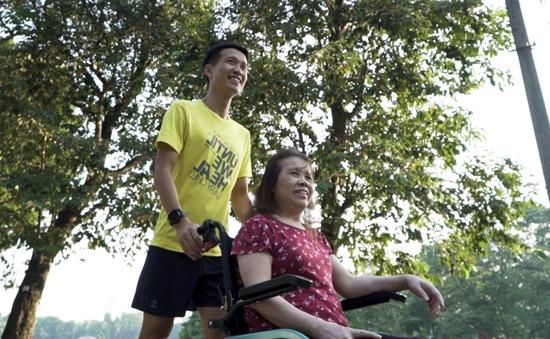Chàng trai đẩy theo mẹ ngồi xe lăn chạy bộ, gây xúc động trong tập 4 Revive Marathon xuyên Việt
