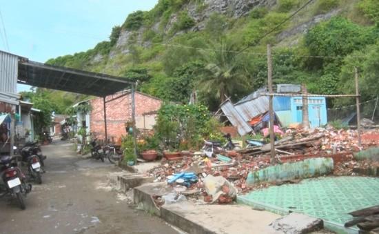 Hàng trăm hộ dân vẫn sống trong khu vực sạt lở núi Ba Hòn