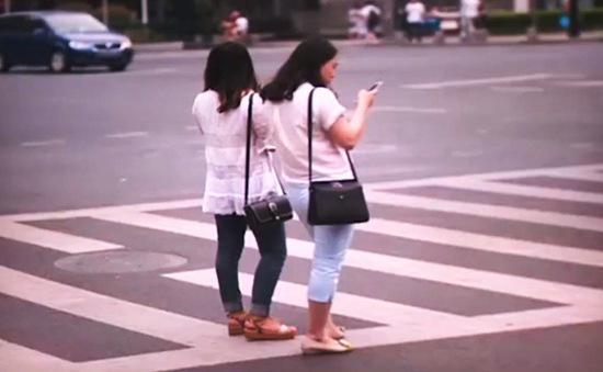 Trung Quốc: Dùng điện thoại khi băng qua đường có thể bị phạt 7 USD