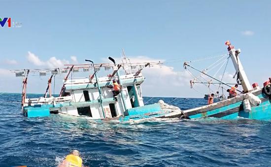 Cứu 12 ngư dân chìm tàu trên vùng biển Trường Sa