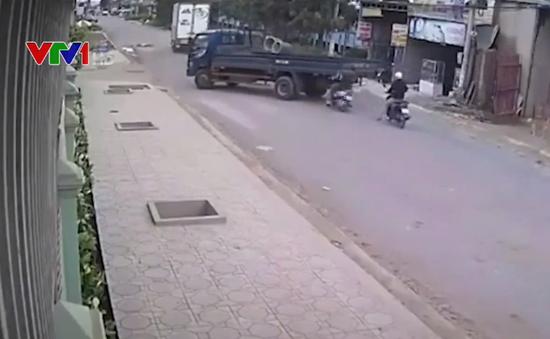 Không làm chủ tốc độ, xe máy đâm thẳng vào đuôi xe tải