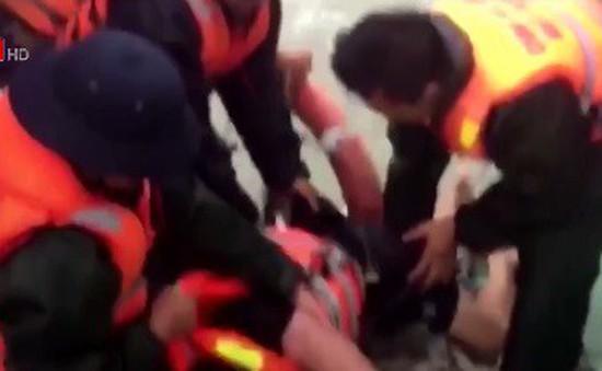 12 thuyền viên tàu Thành Công 999 đã vào bờ an toàn