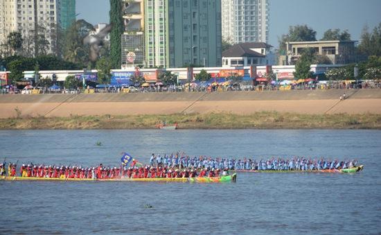 Campuchia khai mạc lễ hội đua thuyền truyền thống trên sông Tonle Sap