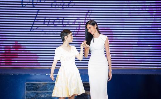 Á hậu Hoàng Thùy xúc động khi catwalk cùng bệnh nhân ung thư