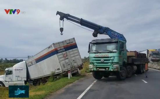 Gió thổi mạnh, nhiều xe tải nặng lao xuống ruộng