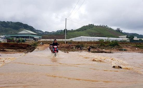 Một người bị lũ cuốn khi cố đi qua đập tràn ở Lâm Đồng