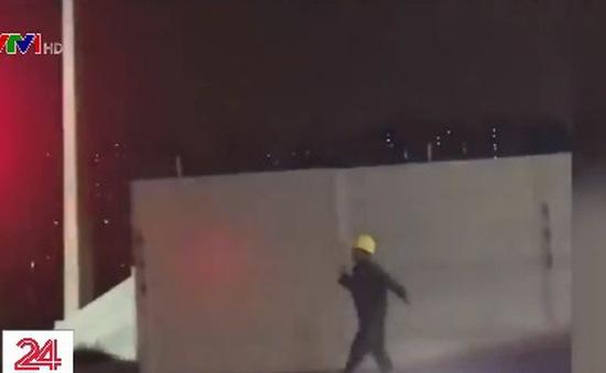Thú vị clip công nhân xây dựng nhảy chân sáo về nhà