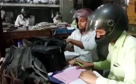 Công chức Ấn Độ đội mũ bảo hiểm... trong phòng làm việc