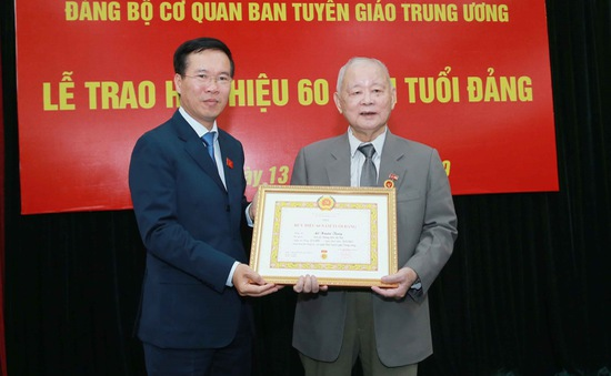 Trao tặng Huy hiệu 60 năm tuổi Đảng cho đồng chí Lê Xuân Tùng