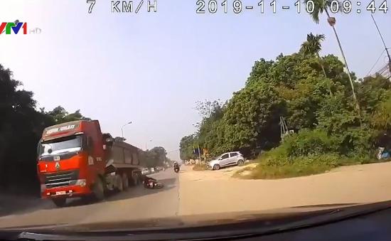 Vượt ẩu, nam thanh niên đi xe máy ngã ra đường suýt mất mạng