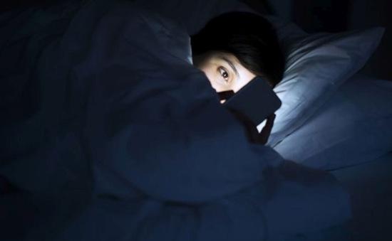 Bị mù tạm thời do dùng smartphone suốt đêm