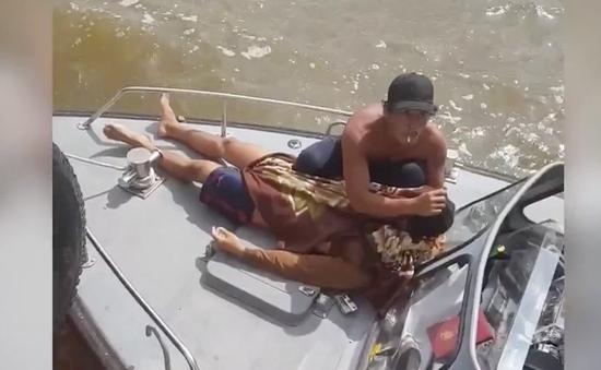 4 người tử vong khi chui xuống hầm tàu cá