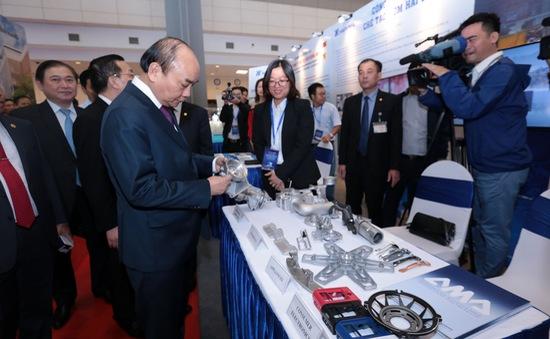 Thủ tướng tham quan Triển lãm thành tựu 60 năm ngành Khoa học và Công nghệ