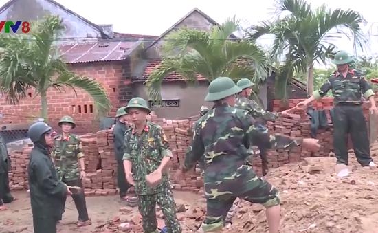 Bình Định: Bộ đội giúp dân sửa chữa nhà hư hỏng sau bão