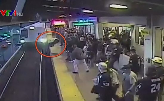 Nhân viên nhà ga cứu người đàn ông ngã ngay trước mũi tàu trong tích tắc