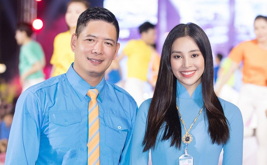 Hoa hậu Tiểu Vy sánh vai cùng diễn viên Bình Minh dự Đại hội đại biểu Hội LHTN TP.HCM