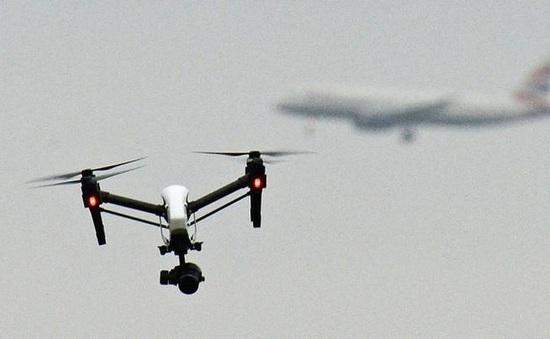 Anh kiểm tra chủ sở hữu thiết bị bay không người lái