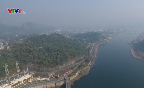 Hồ chứa thủy điện Hòa Bình cạn nhất trong 30 năm qua