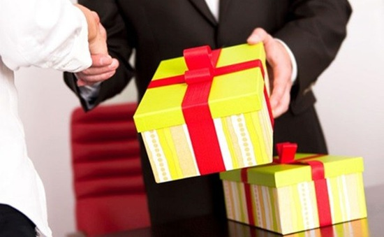 Nhiều ý kiến trái chiều về quy định thay tiền thưởng Tết bằng hiện vật