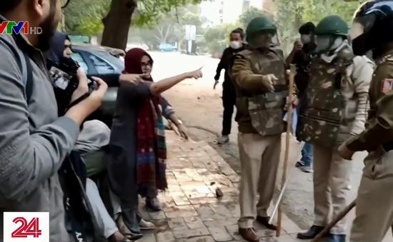 Video phụ nữ Ấn Độ bảo vệ sinh viên Hồi giáo lan truyền trên mạng xã hội