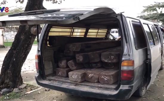 Quảng Ngãi: Bắt xe khách chở gỗ lậu